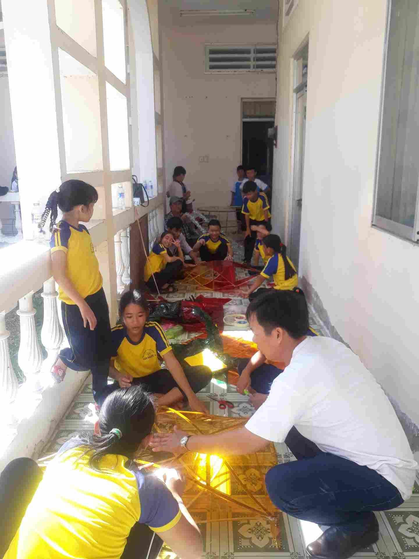 Thầy Phạm Thanh Hùng hướng dẫn các em cách trang trí