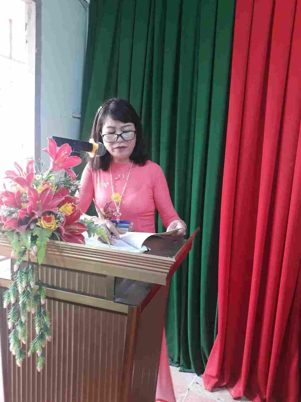Cô Bùi Thị Thao Hiệu trưởng nhà trường Báo cáo thực hiện nhiệm vụ năm học 2018-2019 và phương hướng nhiệm vụ năm học 2019 - 2020