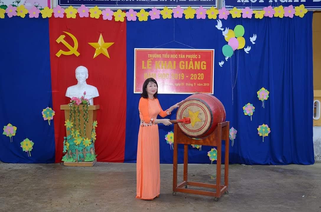 Cô Bùi Thị Thao Hiệu trưởng đánh trống khai giảng năm học