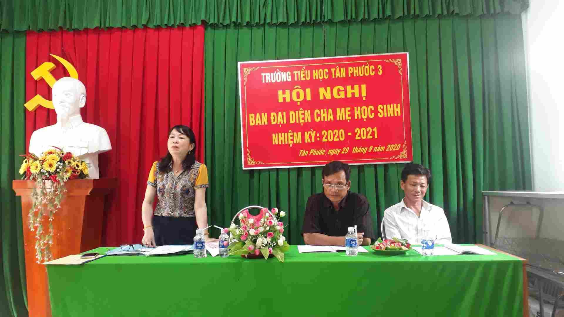 Cô Bùi Thị Thao Hiệu trưởng nhà trường tuyên bố lí do và giới thiệu khách dự