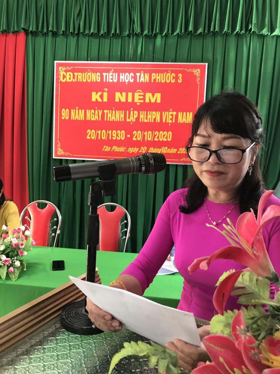 Cô Bùi Thị Thao Bí thư - Hiệu trưởng nhà lên ôn lại Truyền thống Ngày Phụ nữ Việt Nam 20-10