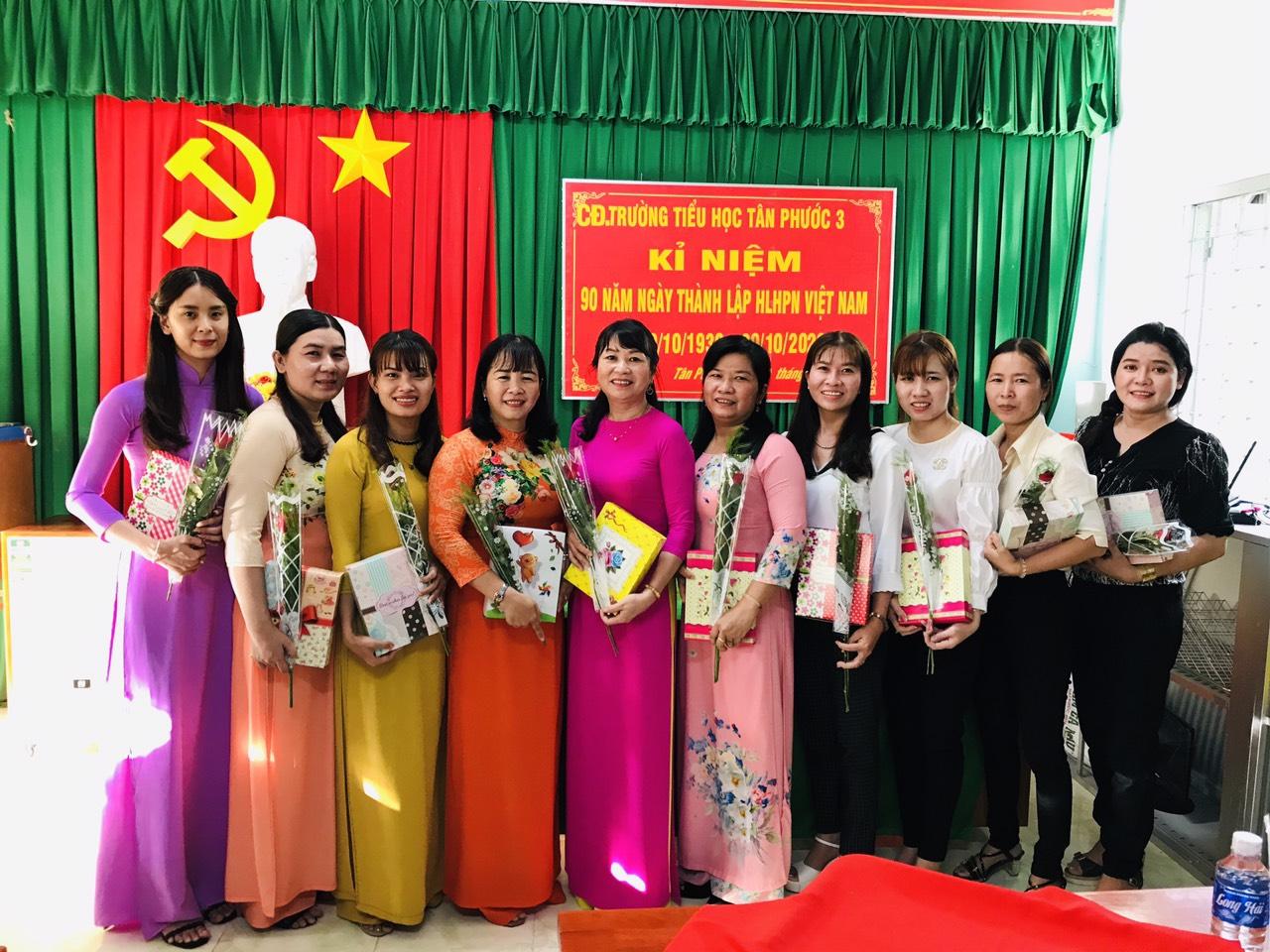 Công đoàn nhà trường tổ chức tặng quà cho Công đoàn viên nữ nhà trường