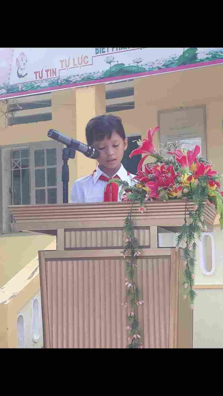 Em Phan Lộc Thiên Chi đội Lớp 4A lên đọc cảm nhận của học sinh trong buổi lễ phát động