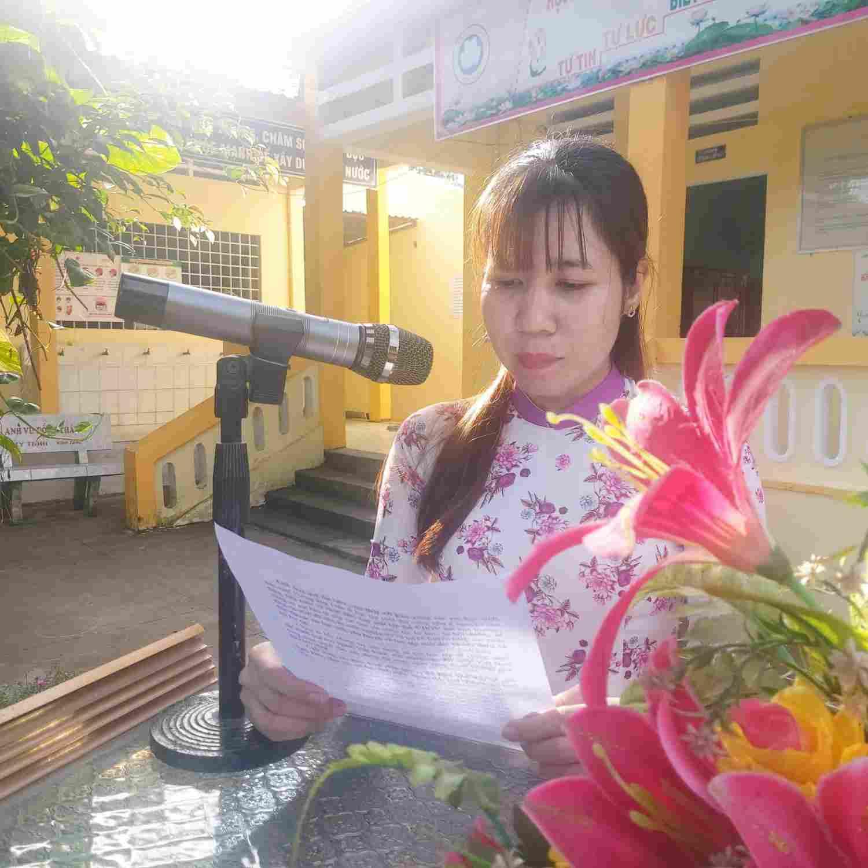Cô Đặng Thị Diễm Mi P.BTCĐ lên đọc cảm nhận về Lễ Phát động